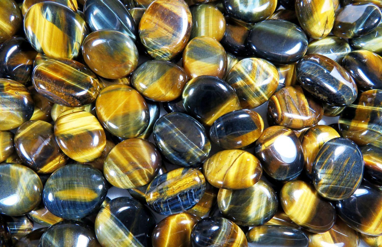 Какими свойствами обладает соколиный глаз и кому подходит камень
