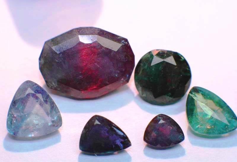 Влияние эмоционального настроения на расцветку драгоценных камней